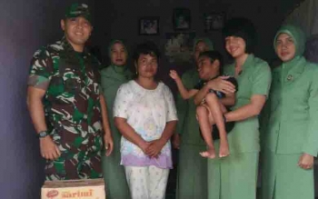 Dandim 1015 Sampit, Letkol Inf I Gede Putra Yasa, bersama Persit Kartika Chandra Kirana dalam kegiatan bakti sosial HUT TNI.