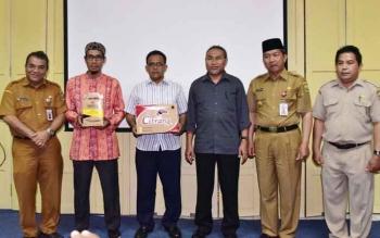 Penyerahan secara simbolis bantuan dari Kementerian Perindustrian oleh Wali Kota Palangka Raya baru-baru ini.