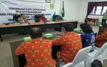 Bupati Gunung Mas, Arton S Dohong menyampaikan sambutan saat penyerahan kartu kepesertaan BPJS Ketenagakerjaan bagi pegawai pemerintah non ASN, Kamis (5/10/2017)