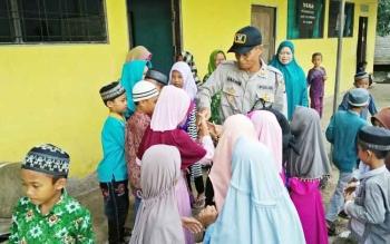 Terlihat Antusias anak-anak TK Al-Falah saat bersalaman dengan Kapolsek Basarang AKP Darwin