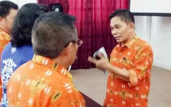 Kepala Dinsos Kabupaten Gumas, Budhy (kanan) saat berbincang di ruang rapat lantai I kantor Bupati, Kamis (5/10/2017).