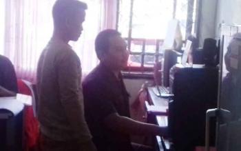 Liu (beridir) tersangka kasus curi sawit saat ditanya identitasnya oleh staf kejaksaan