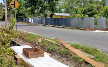 Pengerjaan proyek penutupan parit di Kelurahan Mendawai Sukamara.