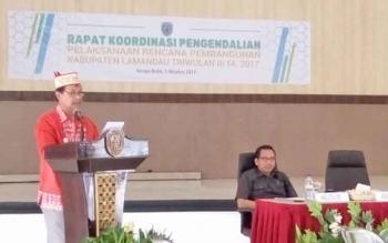 Wakil Bupati Lamandau, Sugiyarto, saat membuka Rakordal Triwulan III di Aula Bappeda Lamandau, Kamis (5/10/2017).