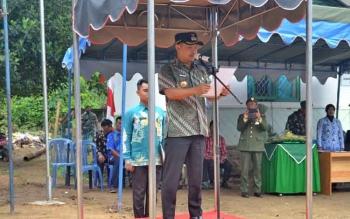 Bupati Barsel, Eddy Raya Samsuri menjadi Irup pada apel memperingati HUT TNI ke-72 di Buyui Desa Patas II