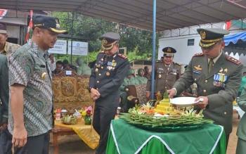 Dandim 1012 Buntok, Kolonel INf Didik Purwanto memotong nasi tumpeng diberikan kepada Bupati Barsel Eddy Raya Samsuri