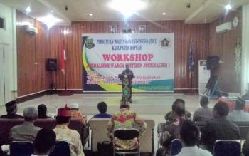 Bupati Kapuas Ben Brahim S Bahat saat membuka lokakarya (work shop) jurnalisme warga (citizen journalism) yang diikuti oleh pelajar, mahasiswa dan organisasi kemasyarakatan yang digelar di Aula Bappeda Kapuas, Kamis (5/10/2017).