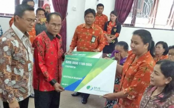 Bupati Gumas Arton S Dohong secara simbolis menyerahkan kartu BJS Ketenagakerjaan kepada pegawai non ASN, Kamis (5/10/2017)