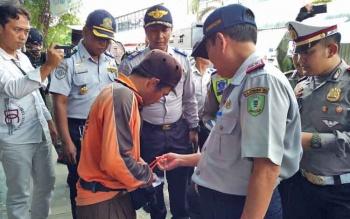Kadishub Kotim Fadlianoor, saat memeriksa kelengkapan jukir bersama sejumlah anggota kepolisian.