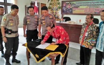 Sekda Barito Utara Jainal Abidin menandatangani nota kerja sama dengan Polres terkait program pelatihan dan pembinaan calon anggota Polri tahun anggaran 2018, Kamis (5/10/2017).