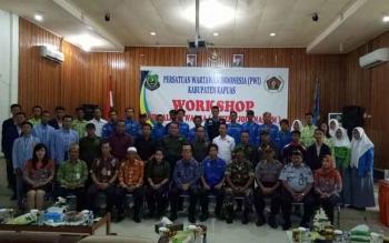 Peserta lokakarya (workshop) jurnalisme warga (citizen journalism) berfoto bersama di Aula Bappeda Kapuas, Kamis (5/10/2017).\\r\\n