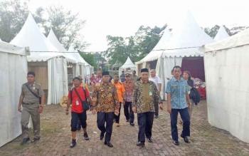 Wabup Kobar Ahmadi Riansyah saat melakukan pengecekan lokasi Kobar Expo 2017 di Kawasan Pangkalan Bun Park Kamis (5/10/2017)