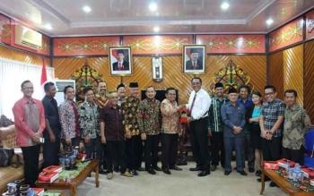 Ketua DPRD Kota Palangka Raya Sigit K Yunianto beserta jajarannya menyambut kedatangan DPRD Kabupaten Tanah Bumbu, Kamis (5/10/2017).