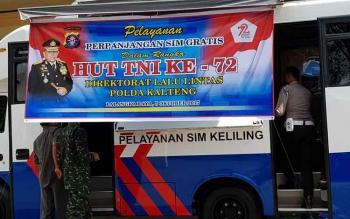 Polda Kalteng membuka pelayanan perpanjangan SIM gratis dalam rangka memeriahkan HUT TNI yang ke 72 di Lapangan Sanaman Mantikai, Palangka Raya, Kamis (5/10/2017).