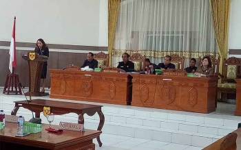Anggota DPRD Gunung Mas Nomi Aprilia menyampaikan hasil pada masa reses dalam Rapat Paripurna, Rabu (5/10/2017).