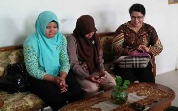 Keplaa SMK 2 Kumai Susiawantie (paling kanan) bersama dua guru honorer yang tidak mengundurkan diri saat memberikan klarifikasi di Kantor Disdik Kabupaten Kobar Kamis (5/10/2017)