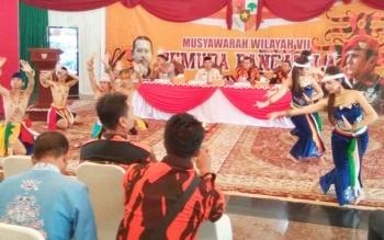 Pembukaan Muswil VIII Pemuda Pancasila di Istana Isen Mulang disambut tari tarian adat penyambutan khas adat Dayak kalteng, Jumat (5/10/2017)