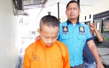 Kasat Reskrim Polres Palangka Raya, AKP Ismanto Yuwono menggiring pelaku penjambretan, Depi.