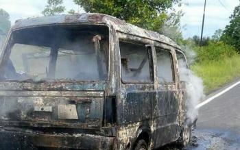 Sebuah mobil bermuatan barang dagangan terbakar di Jalan Trans Kalimantan, Desa Tanjung Taruna.