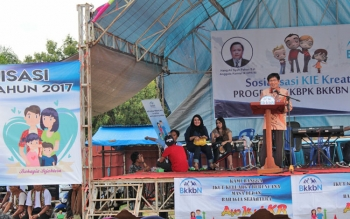 Kepala BKKBN Provinsi Kalimantan Tengah, Kusnadi saat memberikan materi tentang keluarga berencana kepada masyarakat kelurahan Kalampangan, Jumat (6/10/2017).