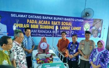 Bupati Barito Utara, Nadalsyah dan Wakilnya Ompie Herby didampingi Dandim 1013 Muara Teweh Lerkol Inf Adhi Giri Ibrahim meninjau pasien yang akan menjalani operasi bibir sumbing