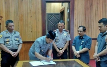 Wakil Bupati Lamandau, Sugiyarto, saat menandatangani MoU kerjasama anata Pemkab dan Polres Lamandau terkait pembinaan kesemaptaan untuk calon siswa SPN, Jumat (6/10/2017)