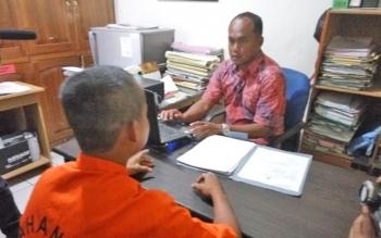 Depi, 22, pelaku jambret saat diperiksa penyidik Satreskrim Polres Palangka Raya, Jumat (6/10/2017).