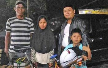 Ustadz Syarifudin (jaket hitam) bersama anaknya saat bersama Masrani dan anak tirinya yang bepergian dari Banjarmasin ke Pangkalan Bun, lalu Sampit, hanya dengan menggunakan sepeda.