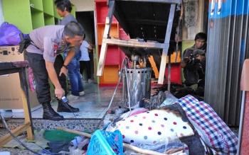 Kapolres Palangka Raya, AKBP Lili Warli mengecek bagian setrika uap boiler gas di tempat usaha laundry yang terbakar, Jumat (6/10/2017).