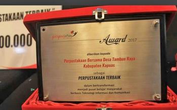 Penghargaan yang diraih oleh Perpustakaan Desa Tambun Raya, Kecamatan Basarang, sebagai Perpustakaan Terbaik.