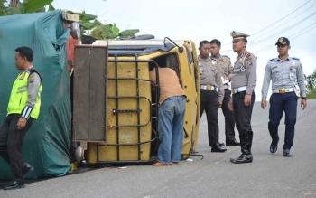Kasat Lantas Polres Barito Utara AKP Teguh Setia Budi beserta jajarannya saat menangani kasus truk terbalik di Km 6, jalan Muara Teweh-Puruk Cahu, Jumat (6/10/2017).