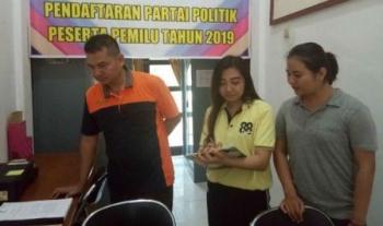 Ketua Panwaslu, Bedi Dahaban, didampingi petugas panwaslu lainnya saat tengah berada di kantor KPU Lamandau untuk berkoordinasi tentang persiapan Pilkada 2018 dan Pemilu 2019, belum lama ini.