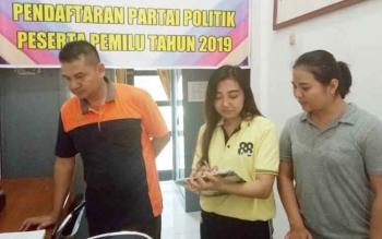 Ketua Panwaslu, Bedi Dahaban, didampingi petugas panwaslu lainnya di kantor KPU Lamandau untuk berkoordinasi tentang persiapan Pilkada 2018 dan Pemilu 2019, belum lama ini.