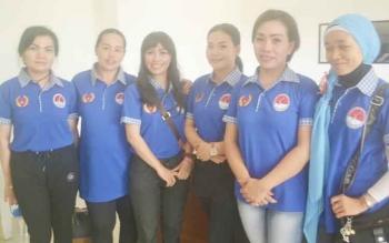 Yani (dua dari kanan) ketua panitia Katingan aerobic dan zumba Kalselteng serta SKJ tingkat pelajar piala Bupati Katingan foto bersama panitia lainnya, Sabtu (7/10/2017).