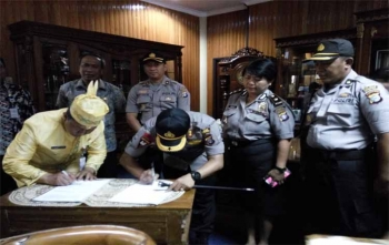 Kapolres Palangka Raya, AKBP Lili Warli melakukan penandatanganan MoU bersama Wali Kota Palangka Raya, Riban Satia