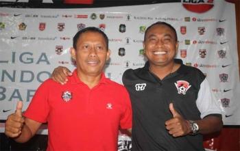 Pelatih Kepala Kalteng Putra, Kas Hartadi (kanan) foto bersama Pelatih Kepala Semeru FC, Putu Wijarnako seusai konferensi pers, Sabtu (7/10/2017)