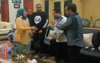 Bupati Kotawaringin Barat Hj Nurhidayah bersalaman dengan dua personel Band Wali, Faank dan Apoy
