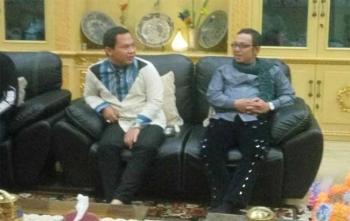 Faank (vokal) dan Apoy (gitar), dua personel Wali Band saat berada di Rumah Bupati Kobar Hj Nurhidayah, Sabtu (7/10/2017) malam