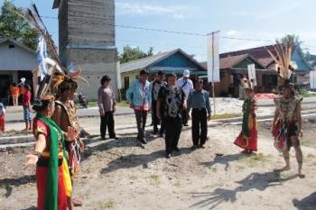 Kegiatan sosialisasi KKBPK BKKBN disambut warga Kereng Bangkirai dengan Tarian Adat Dayak, Sabtu (7/10/2017) lalu.