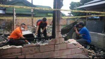 Kanit Identifikasi Sat Reskrim Polres Kobar Aiptu Ferdinans Abineno (baju oranye) dan anggotanya menggelar olah TKP di lokasi kebakaran Pasar Palagan Sari, Pangkalan Bun, Minggu (8/10/2017).