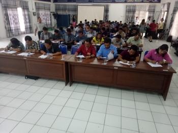 Puluhan peserta mengikuti tes tertulis anggota panwascam di aula kantor BP3D Kabupaten Gunung Mas, Minggu (8/10/2017).