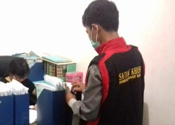 Penyidik Kejari Kotim menggeledah kantor BPN Sampit.