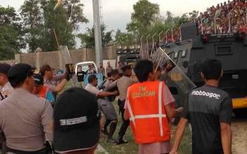 Polisi langsung mengamankan wasit yang memimpin pertandingan Kalteng Putra vs Semeru FC ke dalam mobil baracuda.