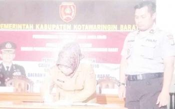 Bupati Kotawaringin Barat Nurhidayah menandatangani MoU dengan Polres terkait pembinaan dan pelatihan putra putri daerah sebagai persiapan sebelum mengikuti tes masuk Polri, Senin (9/10/2017).