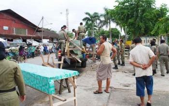 Anggota Satpol PP Barito Utara saat melakukan penertiban di lapangan, beberapa waktu lalu.