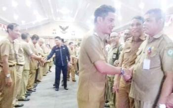 Bupati Kotim, H Supian Hadi saat berjabat tangan dengan sejumlah pejabat.