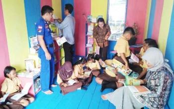 Masyarakat saat berkunjung ke Pondok Baca milik Polairud Kuala Jelai, Kabupaten Sukamara, Senin (9/10/2017).