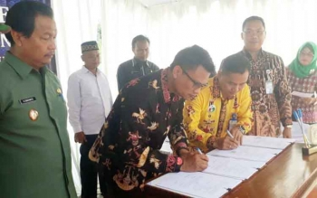 Perwakilan BI perwakilan Kalteng dengan BPD Kalteng Cabang Nanga Bulik, tengah melakukan penandatanganan kerjasama atas dibukanganya kas titipan BI Kalteng di Lamandau, bertempat di halaman kantor BPD Kalteng Cabang Nanga Bulik, Senin (9/10/2017)