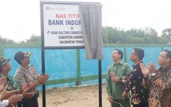 Wabup Lamandau, Sugiyarto, didampingi sejumlah pihak saat meresmikan layanan kas titipan BI di kantor BPD Kalteng Cabang Nanga Bulik dengan simbol dibukanya tirai papan nama, Senin (9/10/2017)