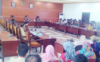 Ketua Komisi IV DPRD Kabupaten Kapuas, Lawin memimpin diskusi antara guru-guru dan Kepala Dinas Pendidikan, Ilham Anwar di Ruang Pertemuan Umum DPRD Kabupaten Kapuas, Senin (9/10/2017)